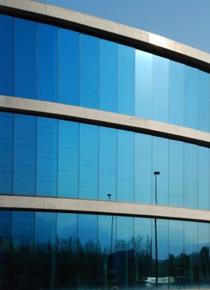Blu, come le vetrate che si confondono e riflettono il cielo