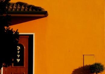"Arancio, come la calda facciata ""romantica"" di questa casa"