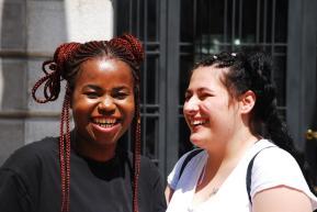 """La ragazza di sinistra: """"Non farmi troppo bianca"""". Quella di destra: """"Impossibile, ti chiami Rosa!"""""""